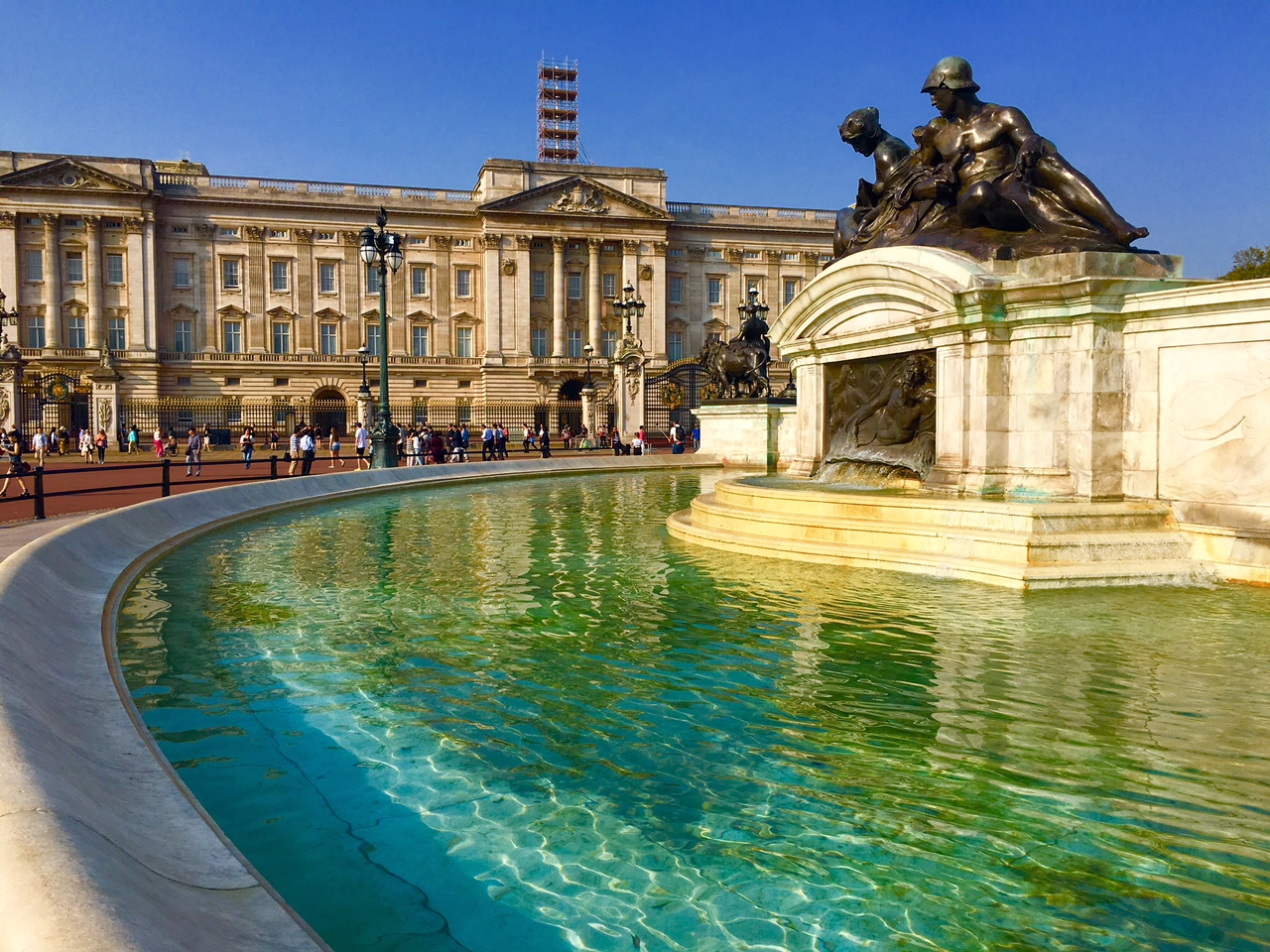The lovely reflecting pools in front of buckingham palace - Swimming pool at buckingham palace ...
